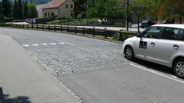 Retardér poblíž zdravotního střediska na Komenského ulici. Tento prvek bude v září zcela odstraněný.