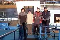 Přerovští otužilci na lodi, která vozila účastníky na start kilometrového závodu.