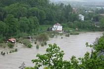 Velká voda v pondělí 17. května v Hranicích a v Teplicích nad Bečvou.