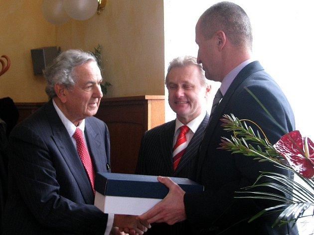 Majitel Meopty Paul Rausnitz (vlevo) dostal od vedení přerovské radnice křišťálovou sošku Zubra.