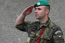 V hranických kasárnách, kde sídlí 71. mechanizovaný prapor, je kvůli úmrtí čtyř českých vojáků vlajka na půl žerdi.