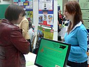 Letáčky, videoprojekcí, počítačovou prezentací i názornými ukázkami se představovaly veřejnosti v zámecké dvoraně v Hranicích střední školy a učiliště z širokého okolí.