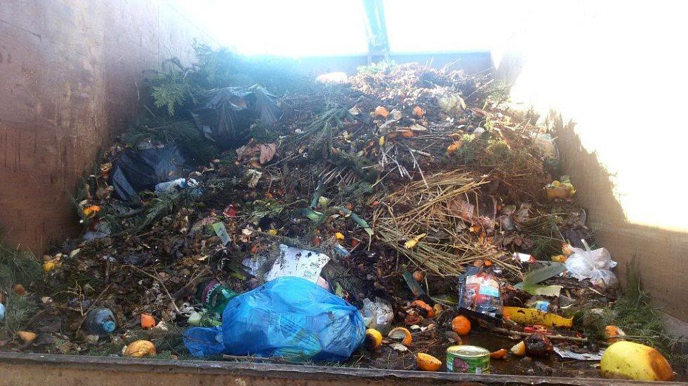 I takový je pohled na vnitřnosti hnědých kontejnerů na bioodpad. Plastové lahve, konzervy, sáčky nebo živočišný odpad. Takový materiál se nedá použít na kompost, proto znehodnoceným končí ve směsném odpadu.