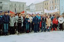 Na demonstrace na Gottwaldovo náměstí v Hranicích chodilo i přes velmi nízké teploty davy lidí. Občanské forum  bylo bylo založeno 22. listopadu 1989. Foto: archiv Aloise Cvešpra, Střítež nad Ludinou, archiv Deníku
