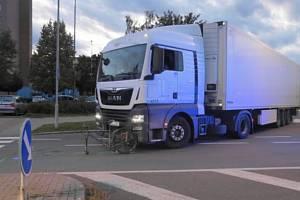 Cyklistku srazilo ve středu 25. září v Hranicích nákladní auto. Utrpěla vážné zranění.