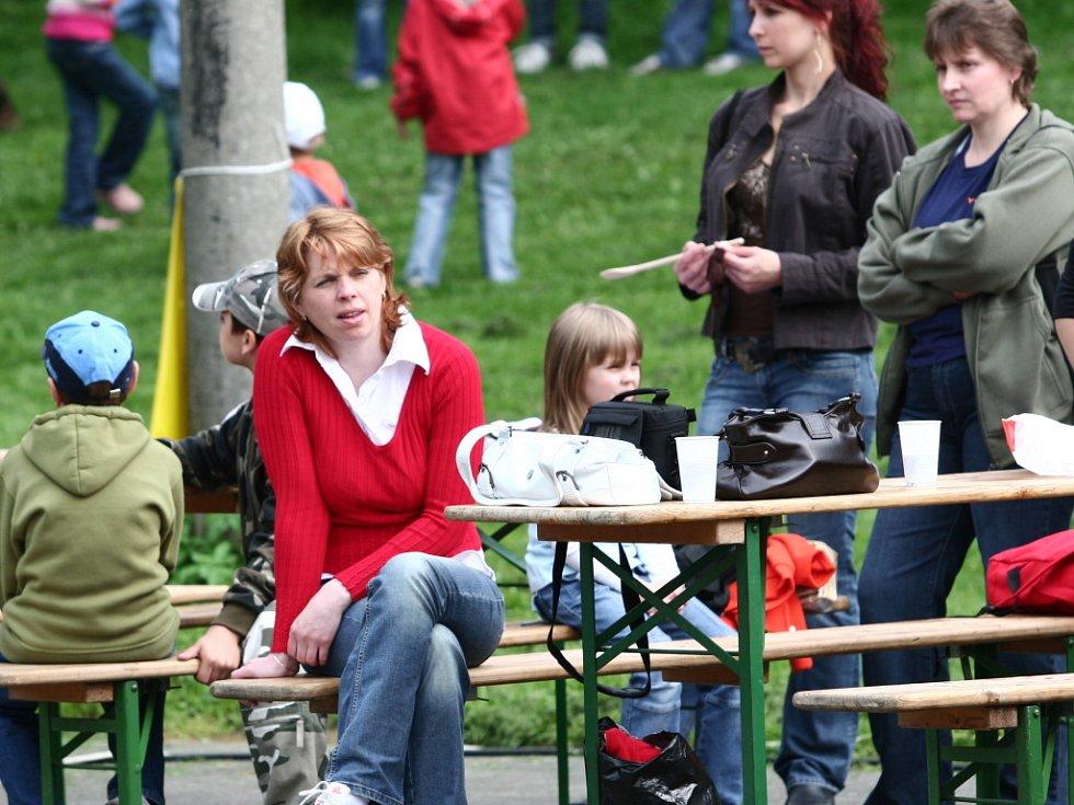 Bohatý program čekal na obyvatele Rouského, kde na tamním výletišti pokáceli májku.