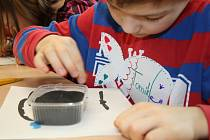 Dům dětí a mládeže Hranice připravil pro malé účastníky zajímavou zábavu. Děti si zkusily sypat mandaly a další obrázky barevným pískem.