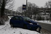 Řidič dostal na sněhu smyk.