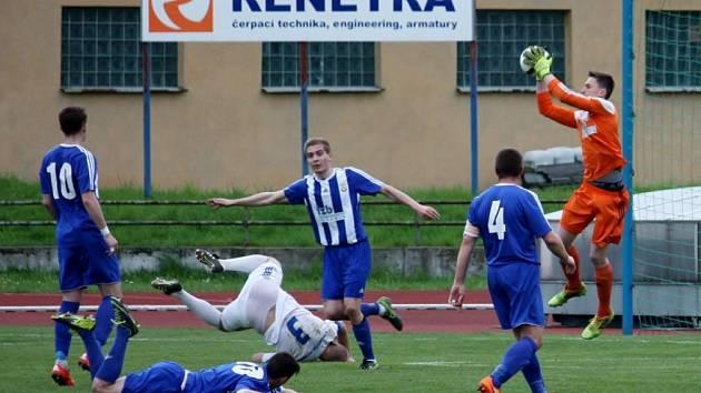 Fotbalisté Hranic (v pruhovaném) proti Petrovicím