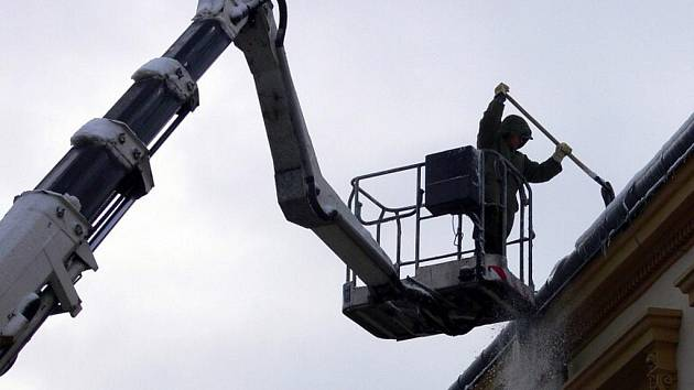 Ze střechy budovy Městského úřadu v Zámecké ulici shazovali v pondělí dopoledne pracovníci městské společnosti Ekoltes sníh, který hrozil pádem dolů na chodce a vozidla
