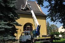 Nátěr střechy evangelického kostela v Hranicích a kácení sousedních suchých stromů