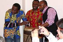 Vernisáž výstavy mladých afrických umělců v galerii na zámku