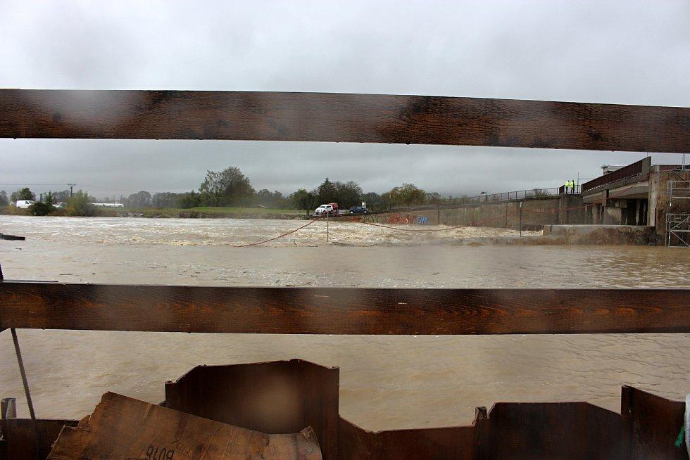 Bečva u hranického jezu z levého břehu, kde probíhá rekonstrukce - rozšíření jezu, ve středu 14. října 2020 v 10.30 hodin.