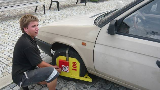 Řidiči, kteří za parkování neplatí, se mohou dočkat překvapení v podobě botičky na svém autě. Letos už za neplacení parkovného padlo šest set pokut.