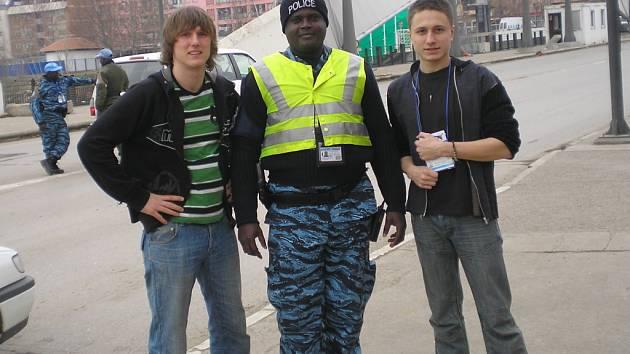 Student přerovského gymnázia Filip Steiger (na snímku vpravo) strávil v Kosovu devět dní.