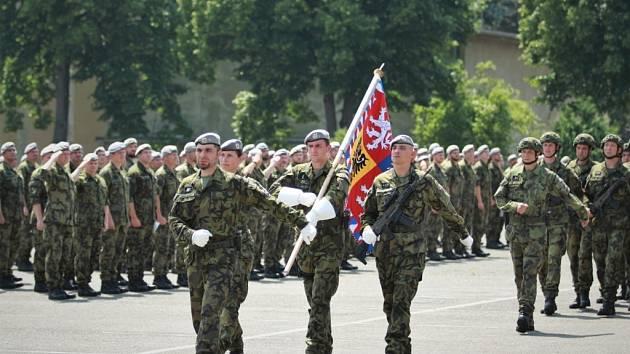 Vojáci ze 143. zásobovacího praporu Lipník nad Bečvou se rozloučili s velitelem podplukovníkem Pavlem Crhonkem.