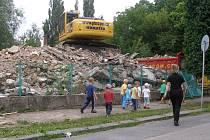 Zchátralý objekt bývalé mateřské školky padl.