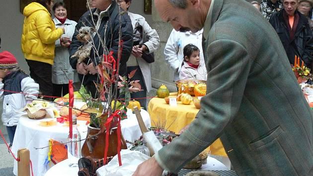 Pod dobrotami se v sobotu 24. října odpoledne prohýbaly stoly ve dvoraně hranického zámku. Které z nich si zaslouží největší uznání, o tom rozhodovala porota. Ochutnat však mohl každý, kdo se soutěžní přehlídky originálních jídel všeho druhu zúčastnil.