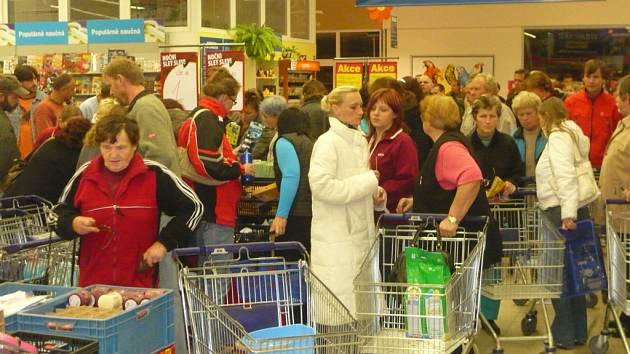 Až osmdesátiprocentní slevy přilákaly spoustu lidí v noci do obchodu.