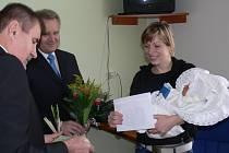 Janu Evy Žilkové přijeli do prostějovské nemocnice přivítat hejtman se starostou (vlevo).