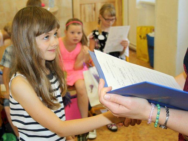 Předávání vysvědčení na ZŠ 1. máje v Hranicích