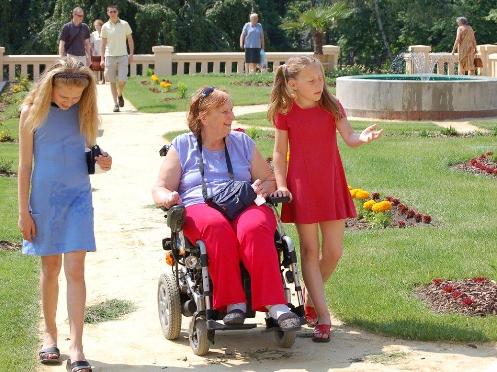 Vozíčkářka Kateřina Papežíková přijela na prohlídku zahrady v doprovodu svých dvou vnuček.