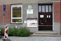 Červenobílá páska s nápisem zákaz vstupu, která zdobila hlavní vchod Základní umělecké školy v Hranicích, v brzké době zmizí. Již od 1. července zde započne oprava římsy, která hrozila spadnutím.