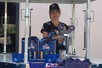 Světlana Hanzlíková je na své první brigádě a nabízí pivo Zubr zákazníkům před supermarkety.