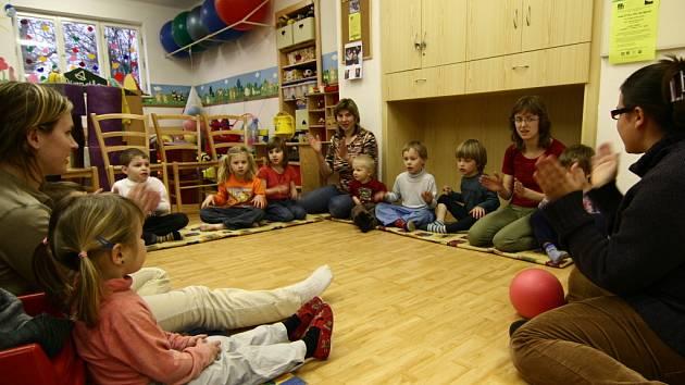 V Dráčku se tříleté děti oddávaly výuce angličtiny.
