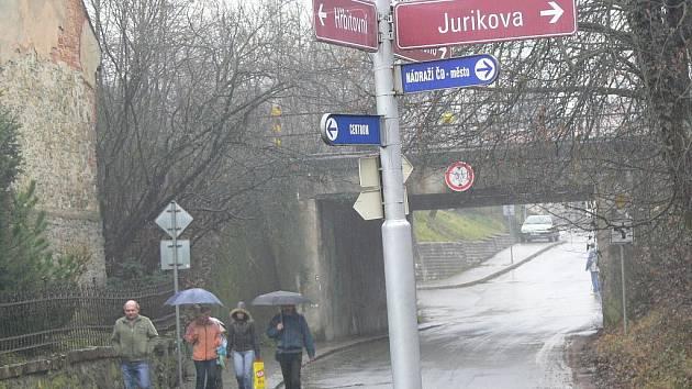 Současný stav městského značení zapomíná na další instituce, které v Jurikově ulici sídlí.