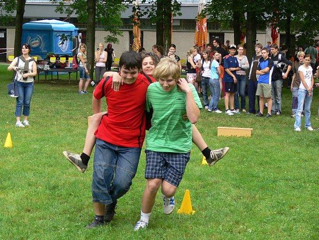 Studenti hranického gymnázia si užívali konec školního roku v prostorách koupaliště.