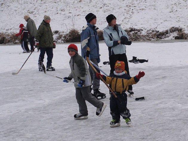 Sněhová nadílka potěšila hlavně přerovské děti, které houfně vyrazily do přírody sáňkovat a bruslit.