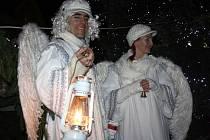 Na náměstí se světil betlém. Dohlíželi na to také andělé.