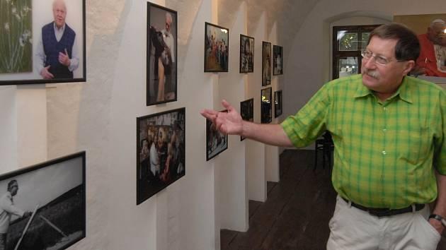 Ohlédnutí za více než třiceti lety tvorby přináší výstava reportážního fotografa Vladimíra Galgonka.