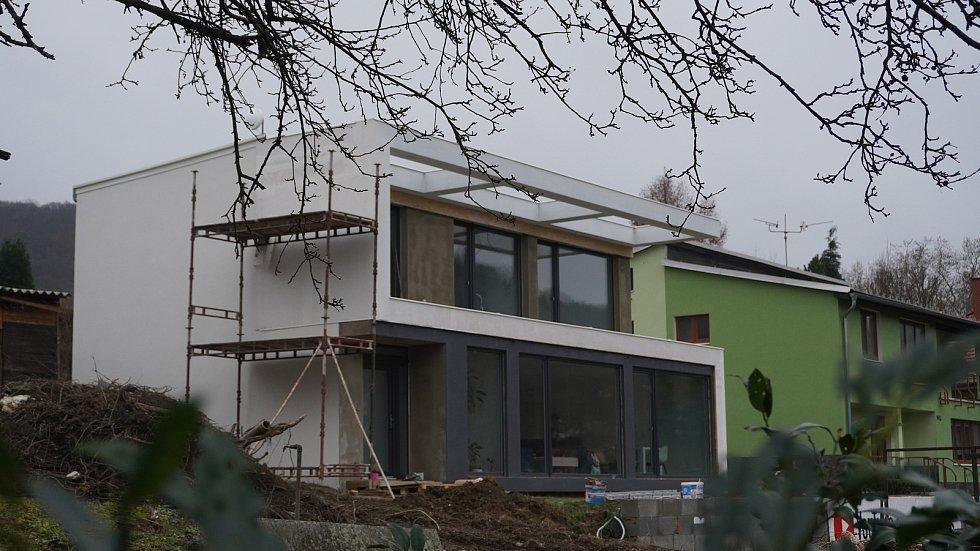 Prosklený rodinný dům postavil Marek Popálený v Hranicích svépomocí zpřepravních kontejnerů - hotovo bylo za méně než osm měsíců