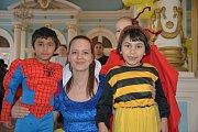 Merenda pro ratolesti z dětských domovů na Moravě, ale i rodiče s dětmi z Hranic v zrcadlovém sále kasáren v Hranicích.
