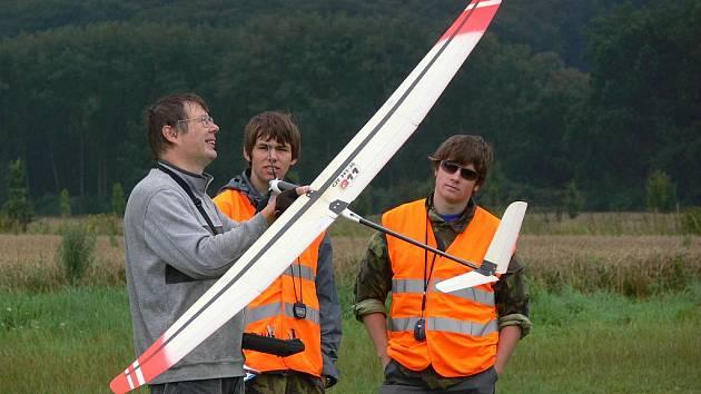 Na Mistrovství ČR leteckých modelářů se v sobotu utkalo pětatřicet soutěžících. Pět jich bylo z pořádajícího hranického aeroklubu.