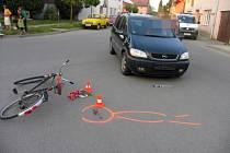 Cyklista utrpěl mnohačetná poranění hlavy při srážce s osobním autem.