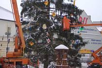 Sundávání několika stovek ozdob na vánočním stromě zaměstnalo dnes pracovníky přerovských technických služeb.