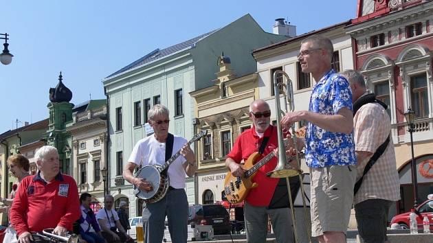 V pátek večer vystoupí v Zámeckém klubu i nizozemská kapela Workshop Oldtimers. Ve čtvrtek krátce zahrála hranickému náměstí.