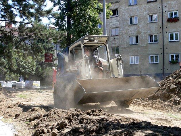 Úpravy terénu začaly v Nádražní ulici.