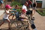 Denní centrum Archa oslavilo deset let od svého vzniku. Pomáhá lidem s kombinovaným postižením. Návštěvníci si vyzkoušeli například závody invalidních vozíků.