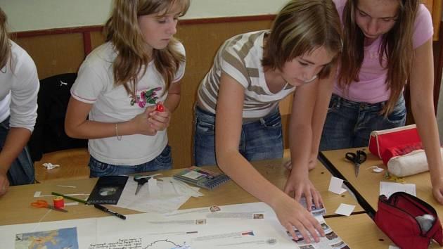 Do Česka přijedou islandští turisté. Děvčata vytvářejí mapu své vlasti s největšími pamětihodnostmi.