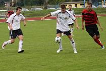 Fotbalisté Hranic (v bílém)