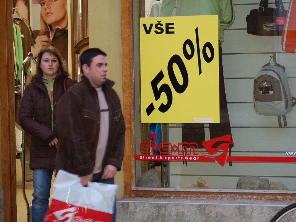 Na zlevněné zboží lákají jak obchodní řetězce, tak i prodejny v centru města.