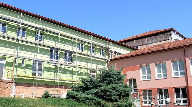Opravy na ZŠ Struhlovsko na vnější fasádě se protáhnou až do podzimu.