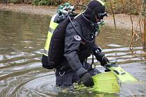 Policejní potápěči pročesávali ve středu dopoledne rybník v Čekyni u Přerova