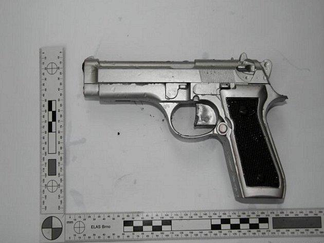 Sedmadvacetiletý pachatelel loupežného přepadení v Hranicích byl v neděli eskortován do vazební věznice v Olomouci.