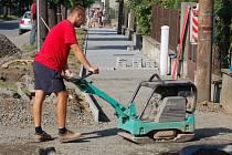 Rekonstrukce chodníku v lipnické ulici S. Čecha přijde na 1,6 milionu korun.