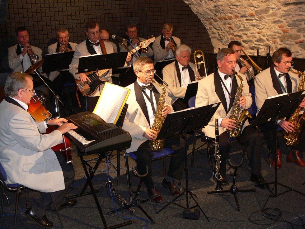 Kapela Rondo z Konstancin – Jeziorny se představila v pátek večer v Zámeckém klubu a také pro veřejnost v sobotu dopoledne na hranickém Masarykově náměstí.